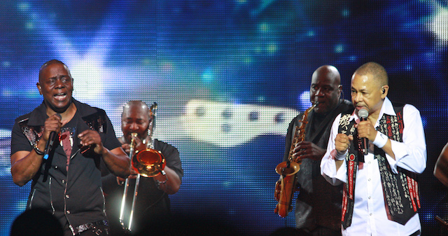 Philip Bailey (far left) and Ralph Johnson (far right)