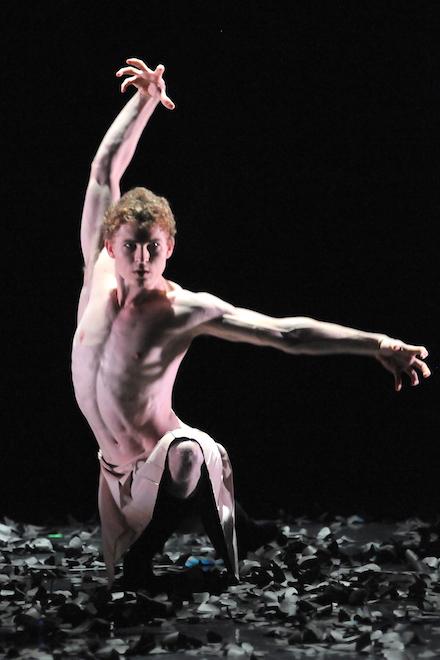 Tars Vanderbeek of Gauthier Dance in 'Malasangre' (photo Regina Brocke)